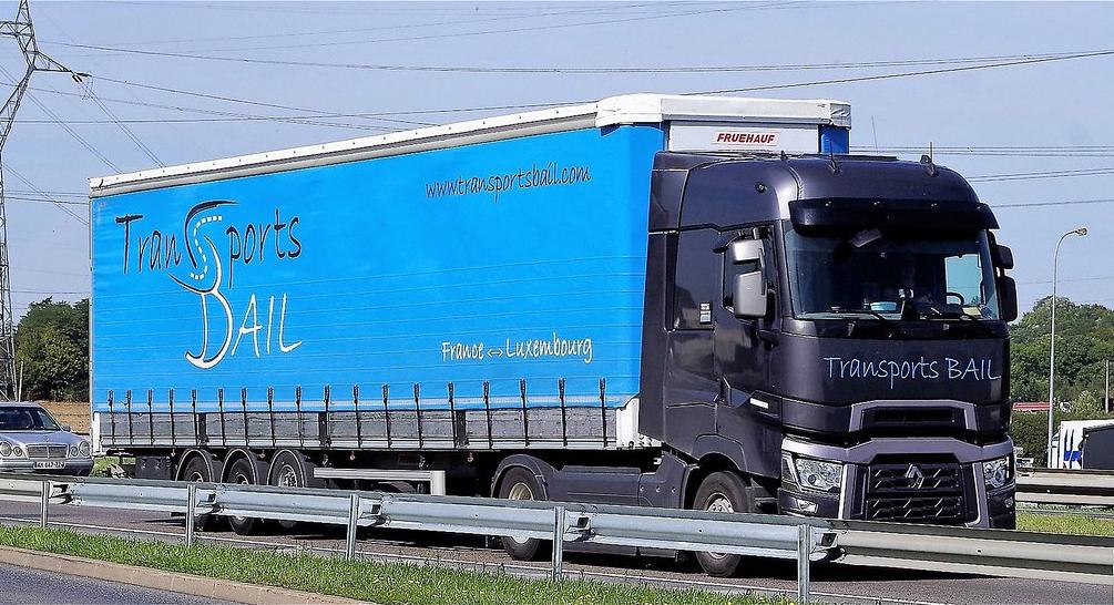 camion transports bail sur la route