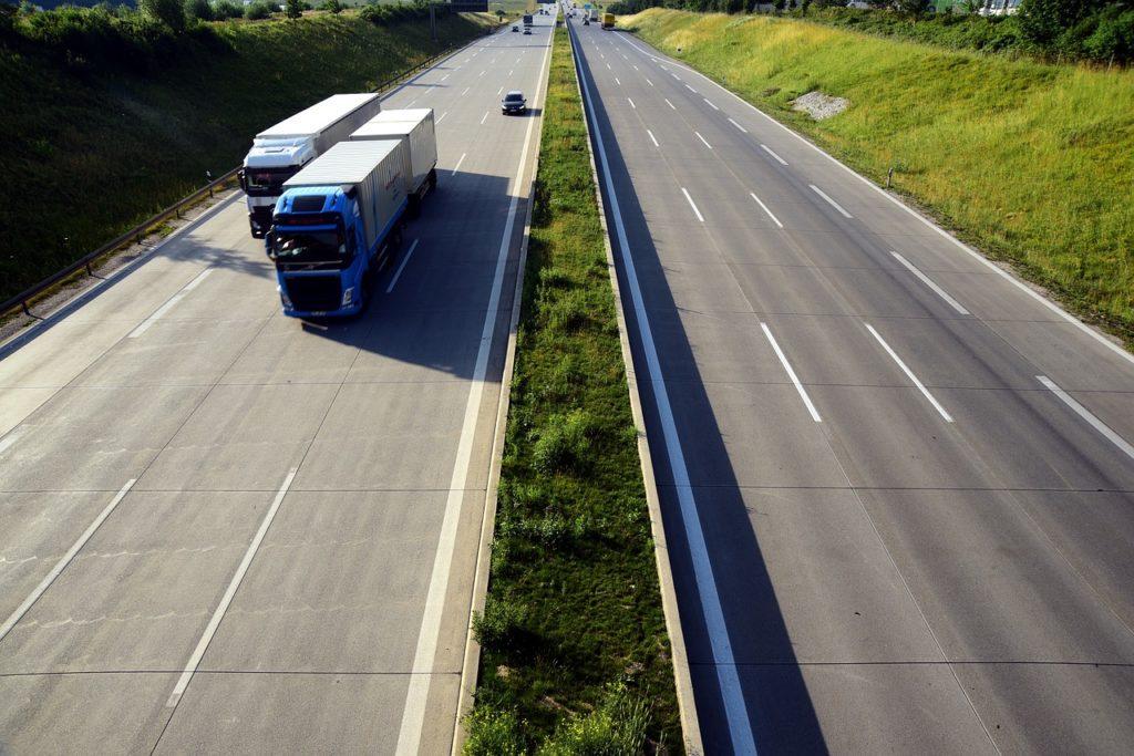 camion de transport roulant sur autoroute